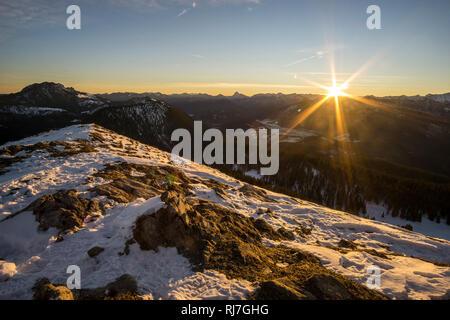 Deutschland, Bayern, Bayerische Alpen, Jachenau, Sonnenaufgang auf dem Jochberg - Stock Image