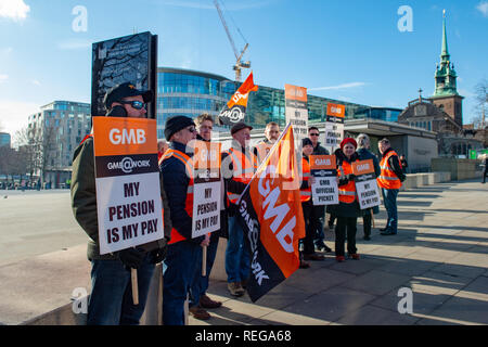 London, United Kingdom. 22 January 2019. Beefeaters and other staff working for Historic Royal Palaces (HRP) picketing outside the Tower of London after discussions between the GMB union and HRP over pensions ended without an agreement. Credit: Peter Manning/Alamy Live News - Stock Image