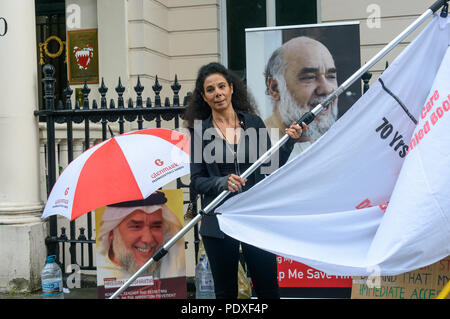 London, UK. 10th August 2018. Inminds Islamic human rights organisation get out their banner outside the Bahrain embassy for a vigil callings for the immediate release of Hassan Mushaima and all the other 5000 Bahraini prisoners of conscience languishing in the Al-Khalifa regimes jails. Credit: Peter Marshall/Alamy Live News - Stock Image