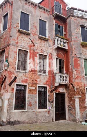 Wohnhaus mit geschlossenen Fensterladen in Venedig - Stock Image