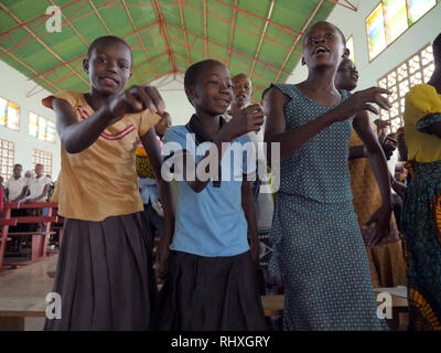 TANZANIA  -  photo by Sean Sprague 2018  Bukundi, Shinyanga. Sunday mass in the Catholic church with Fr Ed Schoellmann MM. - Stock Image