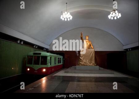 Ce métro profond comme celui de Moscou, est aussi un abri-atomique. Quelques stations aux couleurs de la révolution - Stock Image