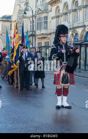 Trowbridge, Wiltshire, UK. 11th Nov, 2018. Piper standing ready to lead remembrance parade Credit Estelle Bowden/Alamy Live news - Stock Image