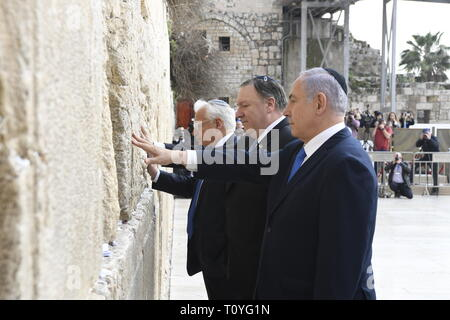 Israeli Prime Minister Benjamin Netanyahu, left, stands with U.S. Secretary of State Mike Pompeo, center, and U.S. Ambassador David Friedman for a moment of silence at the Western Wall March 21, 2019 in Jerusalem, Israel. - Stock Image