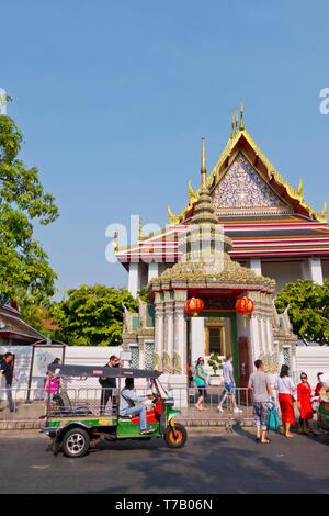 Tuk tuk and tourists, in front of Wat Pho, Phra Nakhom district, Bangkok, Thailand - Stock Image