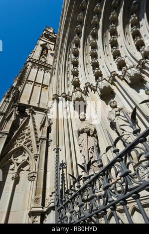 Statues of apostles on the front facade on the exterior wall of the Barcelona Cathedral (Cathedral of the Holy Cross), Barcelona, Spain - Stock Image