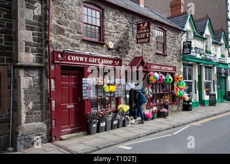 Conwy Gift shop in Castle street within the old walled town of Conwy, North Wales - Stock Image
