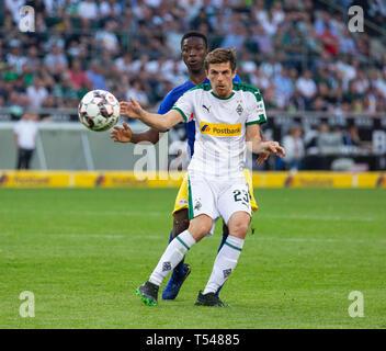 sports, football, Bundesliga, 2018/2019, Borussia Moenchengladbach vs RB Leipzig 1-2, Stadium Borussia Park, scene of the match, Jonas Hofmann (MG) ahead, behind Amadou Haidara (RBL), DFL REGULATIONS PROHIBIT ANY USE OF PHOTOGRAPHS AS IMAGE SEQUENCES AND/OR QUASI-VIDEO - Stock Image