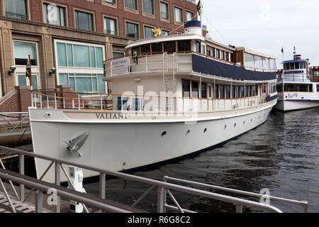 The Valiant, a classic 1920's, 97foot  motor yacht, operated by the Charles Riverboat Company, Boston, Massachusetts,  USA - Stock Image