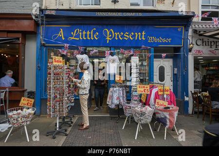 gift shop souvenir shop windsor - Stock Image