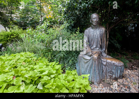 Statue a famous Chinese writer Rou Shi on Duolun Road, Shanghai - Stock Image
