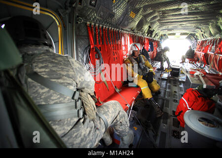 CALFIRE personnel partner with aviators from Bravo Company, 1st Battalion, 126th Aviation Regiment, in Stockton, - Stock Image