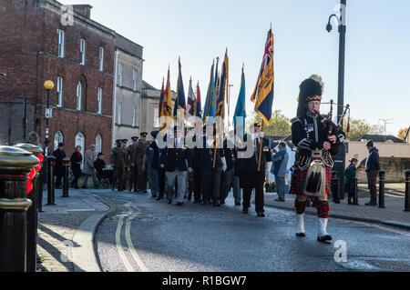 Trowbridge, Wiltshire, UK. 11th Nov, 2018. Remembrance parade turning into Castle street Credit Estelle Bowden/Alamy Live news - Stock Image