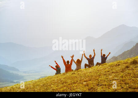 Group happy friends sunset mountains - Stock Image