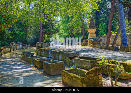 The Alyscamps, a large Roman necropolis in Arles - Stock Image
