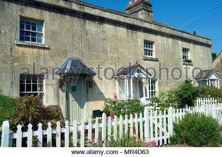 Cottages alongside the Kennet & Avon Canal in Bathampton, near Bath, UK. - Stock Image