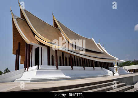 Wat Thamayan - the main hall of this stunningly beautiful modern temple in Central Thailand - Stock Image
