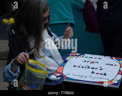 London, UK. 17th June 2019. Supporter of Richard Ratcliffe. who is on hunger strike in front of the Iranian embassy in London in protest of the detention of his wife Nazanin Zgahari in Iran over spying allegations. Credit: Joe Kuis / Alamy - Stock Image