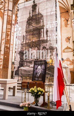 Mourning photograph of mayor Pawel Adamowicz, St. John's church, brick Gothic style, Gdańsk, Poland - Stock Image