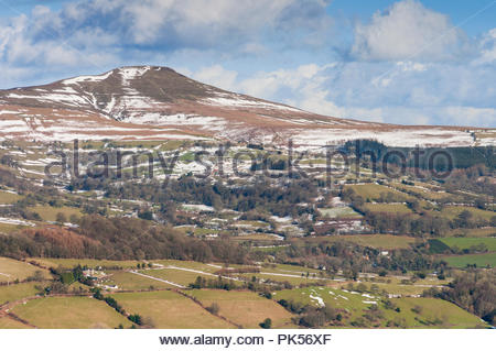 Snow on Sugar Loaf mountain in the Black Mountains, Brecon Beacons National Park, near Abergavenny, Monmouthshire, Wales, UK, in winter. - Stock Image