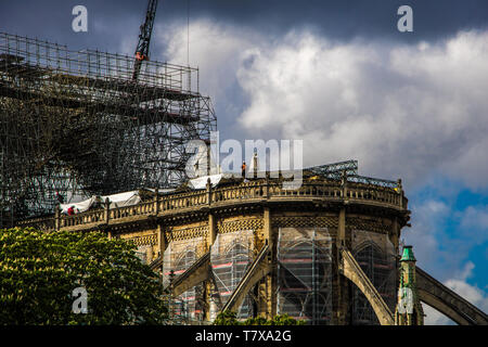 PARIS, FRANCE - April, 2019 : Workers at the north gable of Notre Dame de Paris reinforced by wooden structures after a fire - Stock Image