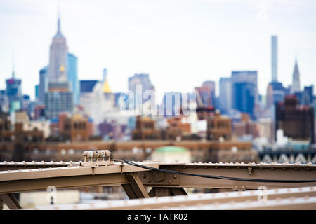 (Selective focus) Blurred Manhattan skyline seen from the Brooklyn bridge. Manhattan, New York City, USA. - Stock Image