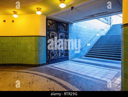 Berlin Wilmersdorf, Heidelberger Platz U3 U-Bahn underground railway station. Entrance foyer with green tiles & brass light fittings. - Stock Image