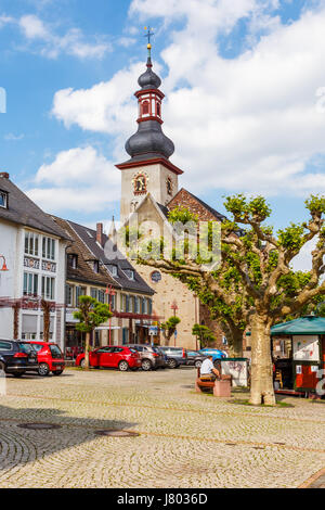 Marktstraße with Sankt Jakobus Church, Rüdesheim am Rhein, Hesse, Germany. 22 May 2017. - Stock Image