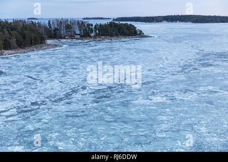 Finnland, Helsinki, Eisschollen auf der Ostsee mit Landschaft - Stock Image