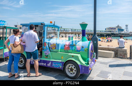 Bournemouth, UK. 6th July 2018. UK Weather, people queue for the land train by the beach in Bournemouth as the summer 2018 heatwave continues. Credit: Thomas Faull / Alamy Live News - Stock Image