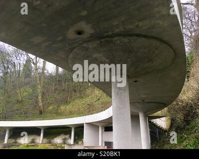 Modernist architecture. Under the elevated viewing platform at the brown bear ravine, Dudley Zoo. Designed by Lubetkin and Tecton. Built 1935-7. Engineering by Ove Arup. Listed Grade II* - Stock Image