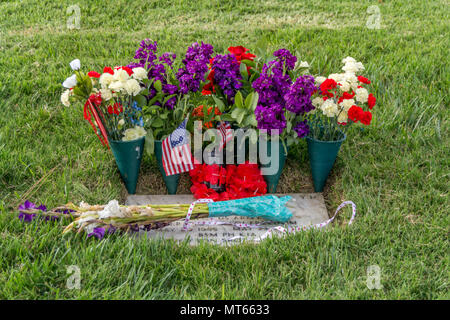 Los Angees, California USA 26 May 2018 Flowers left on a veteran's grave to honor them on Memorial Day. - Stock Image