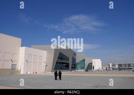 Two Bahraini women in abayas walk towards the entrance to the Avenues shopping mall, located on Bahrain Bay, Manama, Kingdom of Bahrain - Stock Image