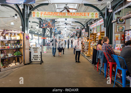 Interior view of New Orleans French Market, customers shopping at Shops of the Colonnade, farmer's market, New Orleans French Quarter, Louisiana, USA - Stock Image