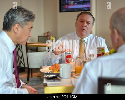 U.S. Secretary of State Mike Pompeo participates in a working breakfast with senior advisors Ambassador Sung Kim, Ambassador Michael McKinley, and Acting Under Secretary and Department Spokesperson Heather Nauert in Singapore, June 11, 2018. - Stock Image