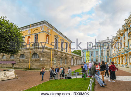 A tour group buys prints from a local artist at the Rococo Catherine Palace in the town of Tsarskoye Selo, near St. Petersburg, Russia. - Stock Image