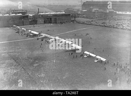 Accompanying aircraft of the Zeppelins LZ126 on the Berlin-Staaken airfield. The LZ126 went to the US as war reparation and there carried the name ZR-3 'USS Los Angeles'. - Stock Image