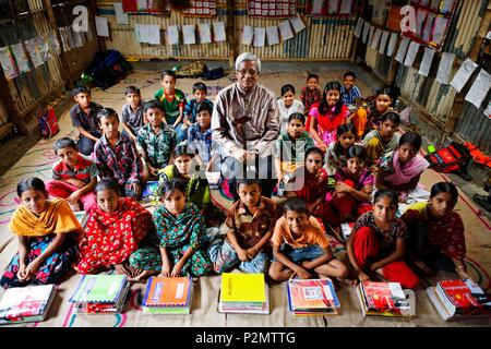 Bangladesh, Dhaka, posing among his students, Fazle Hasan Abed, the founder of the NGO BRAC which has over 100,000 employees, mostly women - Stock Image