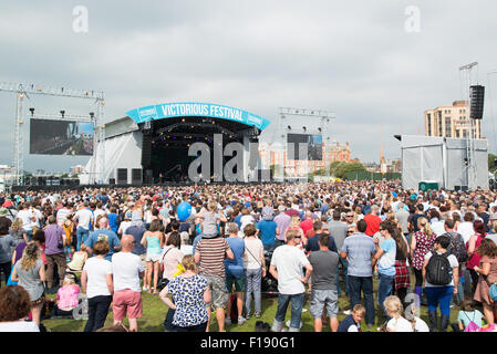 Portsmouth, UK. 29th August 2015. Victorious Festival - Saturday. Large crowds gather at the Common Stage at the - Stock Image