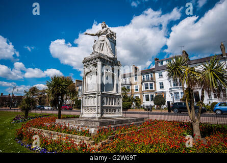 Statue of Queen Victoria commisioned to celebrate the monarch's Diamond Jubilee and positioned on Clifftown - Stock Image