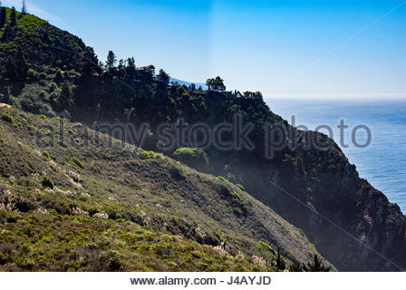 An A-frame house is perched on a promontory overlooking the Pacific Ocean in Big Sur, California. - Stock Image