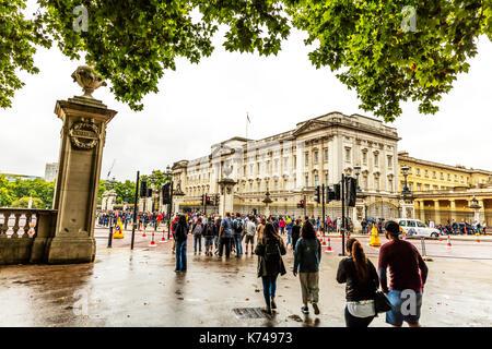 Crowds flocking to Buckingham Palace London, Buckingham Palace, Buckingham Palace building, Buckingham Palace crowds, Buckingham Palace busy, London - Stock Image