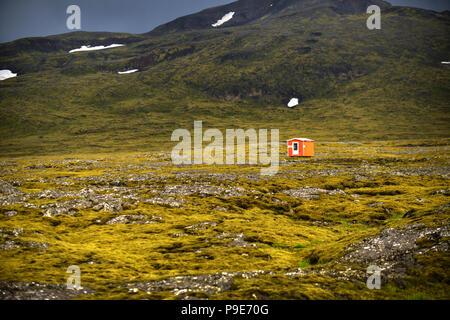 Small orange hut in vast Icelandic volcanic landscape - Stock Image