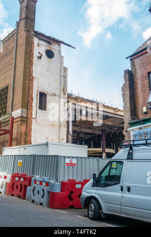 A building in Luton being demolished - Stock Image