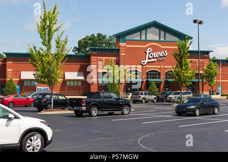 HICKORY, NC, USA-22 JUNE 18:  Lowes Foods is a grocery chain basesd in Winston-Salem, N.C., which operates 80 stores throughout North and South Caroli - Stock Image