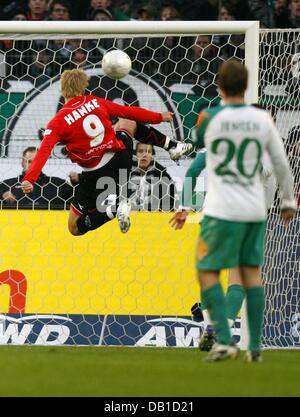 Hanover's Mike Hanke scores the 1-1 during the Bundesliga match Hanover 96 vs Werder Bremen at AWD-Arena stadium - Stock Image
