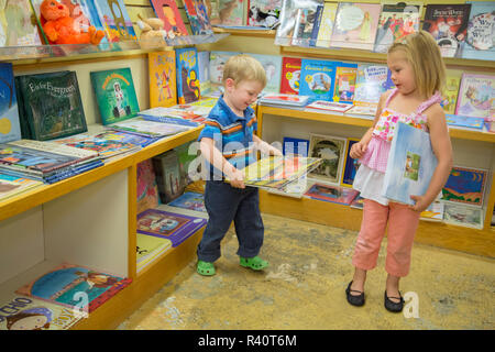 USA, Washington State, Kirkland. Kids shopping in a bookstore. (MR,PR) - Stock Image