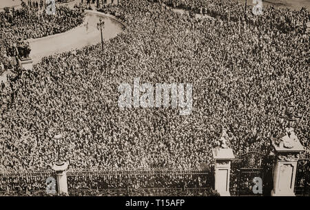 The enormous crowds, estimated to be 250,000 outside Buckingham Palace on the evening of the Silver Jubilee Celebrations, in May 1935 of King George V and Queen Mary. - Stock Image