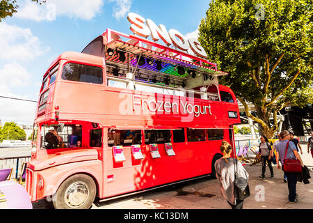 Frozen Yogurt seller, SNOG frozen yogurt, Snog frozen yogurt bus on South Bank, London, Snog Frozen Yogurt outlet, - Stock Image
