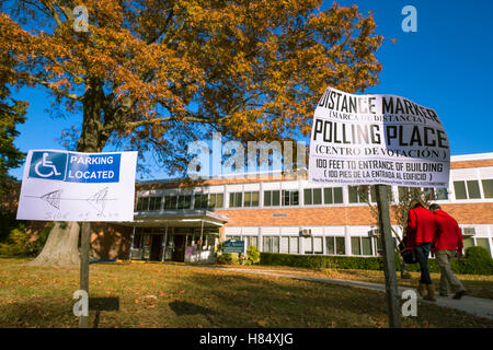 Merrick, New York, USA. Nov. 08, 2016. On Election Day, a man and woman walk towards entrance to Polling Place to - Stock Image